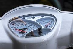 Detail van een tachometer van een oude motor stock foto