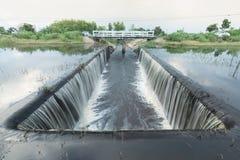 Detail van een waterkering verdronken waterkering - rivier door met hemelwolken Royalty-vrije Stock Afbeeldingen