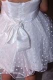 Detail van een wit kledingsmeisje met een boog op de achter en witte harten Royalty-vrije Stock Foto's