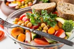 Detail van eigengemaakte kikkererwten plantaardige salade op witte achtergrond Royalty-vrije Stock Foto