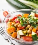 Detail van eigengemaakte kikkererwten plantaardige salade op witte achtergrond Stock Afbeeldingen