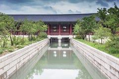 Detail van erfenispagode en kanaal bij Gyeongbokgung-Paleis Stock Foto's