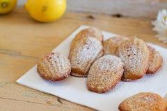 Detail van Franse zoete eigengemaakte gebakjemadeleines met citroenschil stock foto's