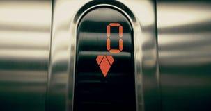 Detail van geleid aantal lift dat van eerst aan benedenverdieping, zaken uitgaat en stock video