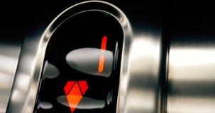 Detail van geleid aantal lift dat van eerst aan benedenverdieping, zaken uitgaat en stock footage