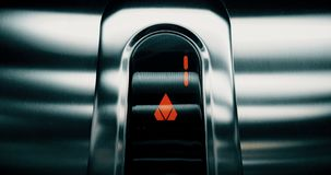 Detail van geleid aantal lift dat van eerst aan eerste verdieping, zaken uitgaat en stock videobeelden