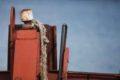 Detail van geroeste kettingen op een oud varend schip stock fotografie