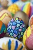 Detail van geschilderde paaseieren met verschillende vormen, beeldverhalen en heldere kleuren stock fotografie