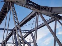 Detail van geschilderde vastgenagelde brug tegen blauwe hemel royalty-vrije stock afbeelding