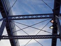 Detail van geschilderde vastgenagelde brug tegen blauwe hemel Stock Foto