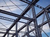 Detail van geschilderde vastgenagelde brug tegen blauwe hemel stock fotografie