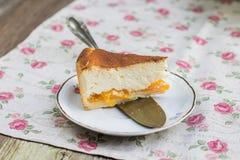 Detail van gesneden gedeelte van gebakken kaastaart met mandarin orang-oetan Stock Foto's