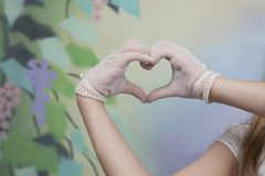 Detail van gloved handen van een kerkgemeenschapmeisje royalty-vrije stock foto's