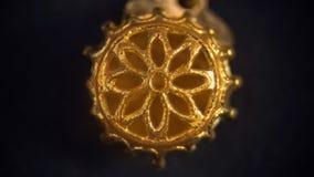 Detail van gouden die halsband op zwarte achtergrond, macroclos wordt geïsoleerd royalty-vrije stock foto