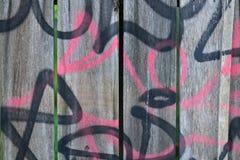 Detail van Graffiti op houten omheining stock afbeelding