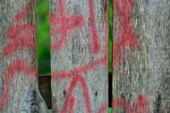 Detail van Graffiti op oude houten omheining royalty-vrije stock fotografie