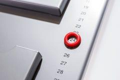 Detail van grijze magnetische raad als maandelijkse ontwerper met benadrukte dag 24 Stock Foto's