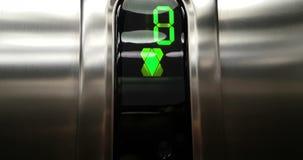 Detail van groen geleid nummer van lift dat van eerst aan nul vloer, zaken uitgaat en stock video