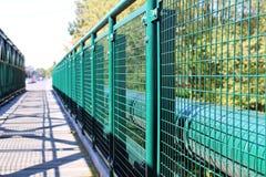 Detail van groen traliewerk bij lege brug Stock Foto's