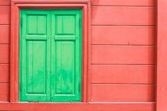 Detail van groen venster op rode muur Royalty-vrije Stock Fotografie