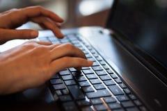 Detail van handen die aan computertoetsenbord werken Royalty-vrije Stock Fotografie