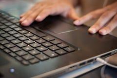 Detail van handen die aan computertoetsenbord werken Royalty-vrije Stock Afbeeldingen