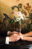 Detail van het boeket van bruid` s rozen en handen het houden royalty-vrije stock afbeeldingen