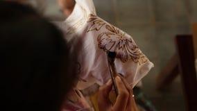Detail van het in de was zetten van de tekening aan textiel voor het maken van batik Het eiland van Bali stock videobeelden