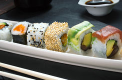Detail van het dienblad van sushibroodjes Stock Fotografie