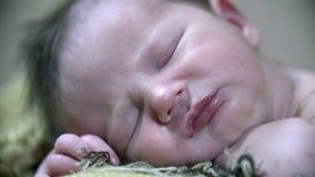 Detail van het gezicht dat van een vreedzame baby wordt geschoten stock videobeelden