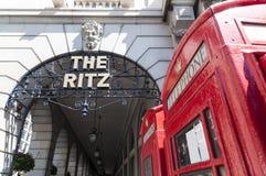 Detail van het hotel Ritz met rode telefooncel Stock Afbeelding