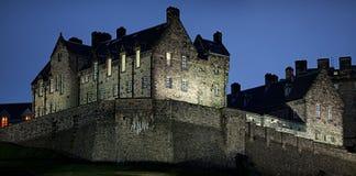 Detail van het Kasteel van Edinburgh bij het vallen van de avond in de winter stock fotografie