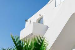 Detail van het moderne Grieks de bouwarchitectuur, met balkon en venster stock afbeelding