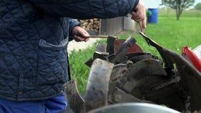 Detail van het schoonmaken van kleine ploeg wordt geschoten die stock footage