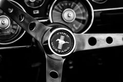 Detail van het stuurwiel en het dashboard Ford Mustang Stock Foto