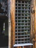 Detail van het traliewerk bij de ingang aan het huis stock fotografie