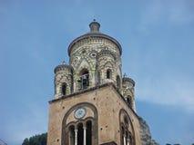 Detail van het uiterste van de klokketoren van cathedrale van Amalfi in zuiden van Italië royalty-vrije stock afbeeldingen