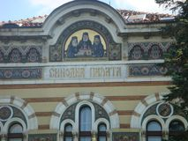 Detail van het uiterste van een antiek gebouw met een schets met mozaïeken van drie orthodoxe priesters Sofia in Bulgarije royalty-vrije stock afbeeldingen