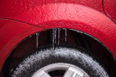 Detail van het wiel van een bevroren auto stock fotografie