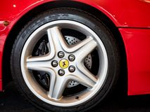 Detail van het wiel van Ferrari, een beroemde Italiaanse sportwagen royalty-vrije stock afbeeldingen