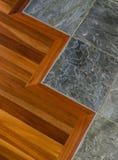 Detail van hoogte - kwaliteitshout en de vloer van de steentegel in eigentijds huisbinnenland voor de betere inkomstklasse stock afbeelding