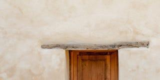 Detail van Houten Deur tegen Witte Gewassen Pleistermuur Royalty-vrije Stock Afbeeldingen