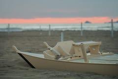Detail van houten die roeispaanboot half door het zand op het strand wordt begraven Stock Foto