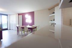 Detail van keuken en dinning ruimte met kleurrijke lijst en stoelen stock afbeelding