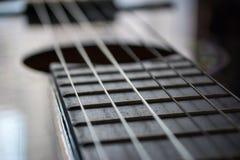 Detail van klassieke akoestische gitaar met ondiep DOF en onduidelijk beeld royalty-vrije stock foto's