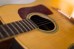 Detail van klassieke gitaar en koorden met ondiepe diepte van gebied stock fotografie