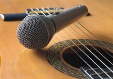Detail van klassieke gitaar en microfone Stock Afbeelding