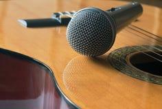 Detail van klassieke gitaar en microfone Stock Afbeeldingen