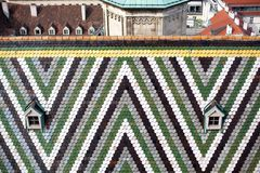 Detail van Kleurrijke Tegels en Klein Venster twee op Dak van de Kathedraal van Heilige Stephansdom in Wenen, Oostenrijk royalty-vrije stock foto