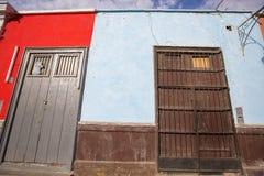 Detail van koloniaal venster en architectuur in Trujillo - Peru stock foto's